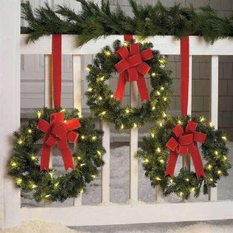 31. Decoração com luzinhas de natal para janela com guirlandas – Foto: Pinterest