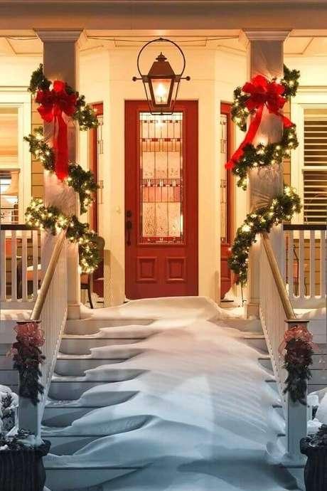 33. A decoração com luzes de natal para área externa é garantia de muito charme e beleza para a entrada da casa – Foto: Foothillfolk Designs