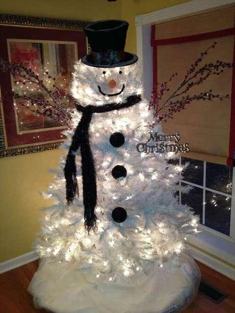 35. Quer um natal mais divertido? Invista em um boneco de neve feito com uma árvore de natal branca e luzinhas de natal dando o toque final – Foto: Country Victorian Times