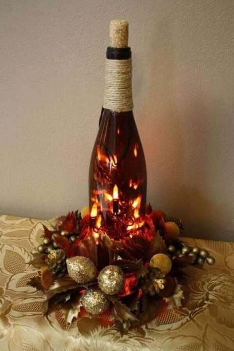 37. Luzes de natal para decoração de arranjo natalino com garrafa vermelha – Foto Home Decor
