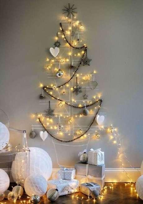 40. Que tal fazer a sua própria árvore de natal utilizando só alguns enfeites e luzes de natal? Fica lindo! – Foto: Mariée