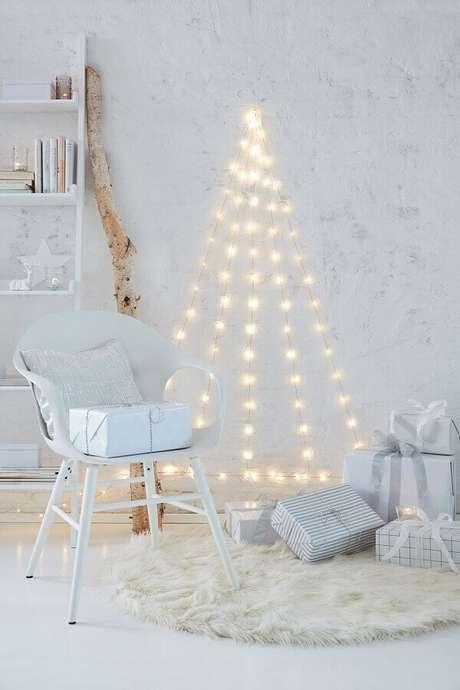 41. Decoração minimalista com luzinhas de natal branca – Foto: SistaCafe