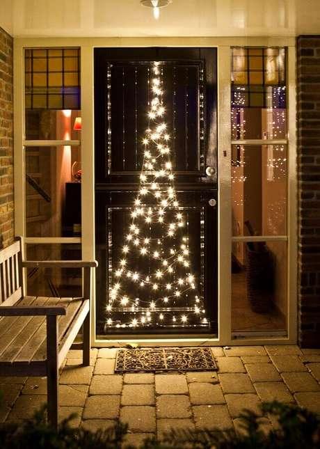 43. Luzinhas de natal para decoração de porta de entrada – Foto: Intratuin