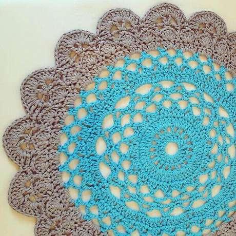 10- Tapete de crochê redondo feito em linha em dois tons. Fonte: Blog Artesanato