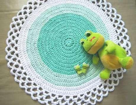 16- Tapete de crochê redondo para quarto de crianças em tons de azul claro a branco. Fonte: Etsy