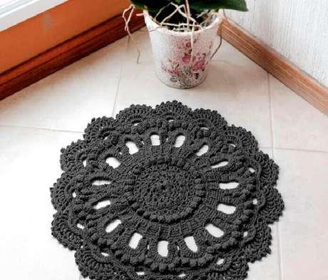 5- O tapete de crochê redondo foi executado na cor chumbo. Fonte: EuroRoma