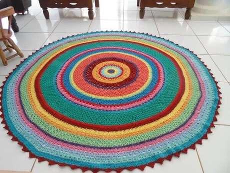 19- Tapete de crochê redondo colorido e grande decora ambiente clean. Fonte: Artesanato Passo a Passo Já