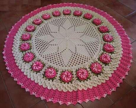 8- O tapete redondo com flor enfeita o quarto do casal. Fonte: Pinterest