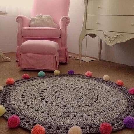 34- Tapete de crochê redondo cinza tem aplicação de pompons coloridos em barrado. Fonte: Pinterest