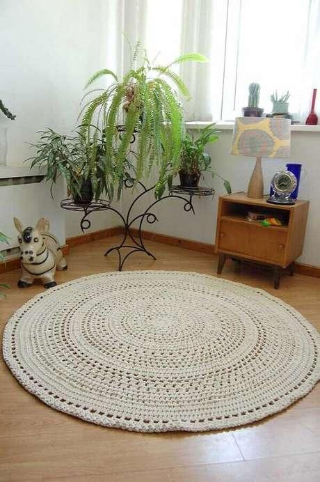 22- Tapete de crochê redondo com barbante cru compõe decoração no canto da sala. Fonte: Pinterest