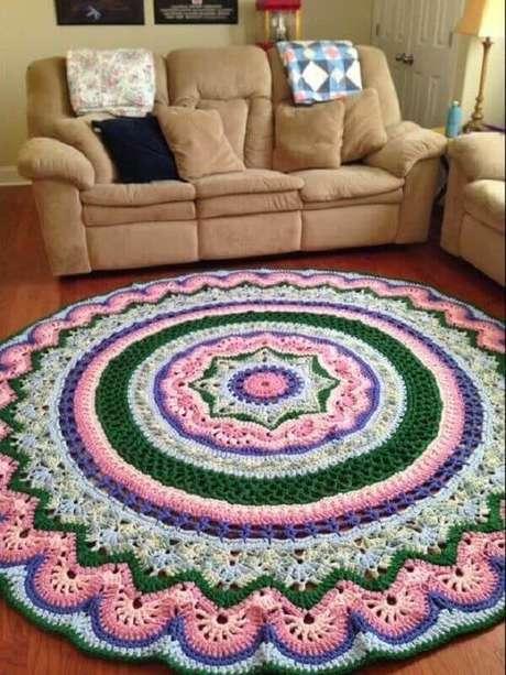23- O destaque na decoração da sala de estar é o tapete de crochê redondo colorido. Fonte: Franknjim