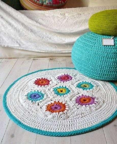 25- Tapete de crochê redondo branco com detalhes coloridos. Fonte: Etsy