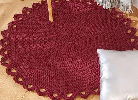 26- Tapete de crochê redondo com linha na cor vinho e barrado aberto. Fonte: Pinterest