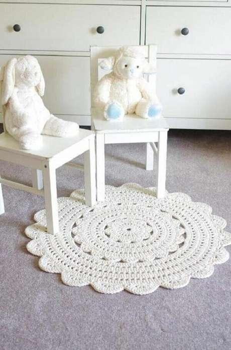 29- Tapete de crochê redondo complementa a decoração clean de quarto de bebê. Topbuzz