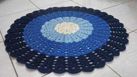 30- Tapete de crochê redondo com degradê em azul. Fonte: Pinterest