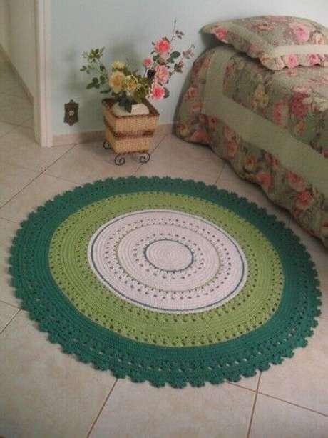 41- Na lateral do quarto simples foi utilizado um tapete redondo de crochê. Fonte: Pinterest
