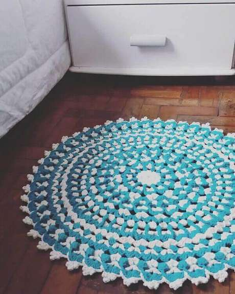 42- O tapete redondo de crochê foi executado na linha azul e branco. Fonte: Dicas de Mulher