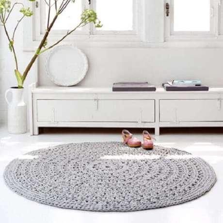 2- O tapete redondo de crochê na cor cinza decora a sala de estar em estilo clean. Fonte: Live Internet