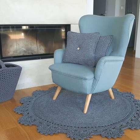 33- Tapete de crochê redondo no mesmo tom do estofado decora a sala de estar. Fonte: Blue Pracownia