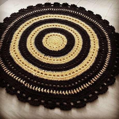 36- Tapete de crochê redondo com anéis preto e amarelo. Fonte: Ateliê da Zielly