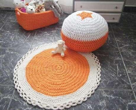 44- O tapete de crochê redondo para quarto de criança com puff das mesmas cores. Fonte: Wanelo