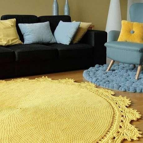 70- O tapete de crochê redondo amarelo combina com as almofadas do ambiente moderno e requintado. Fonte: Blue Pracownia