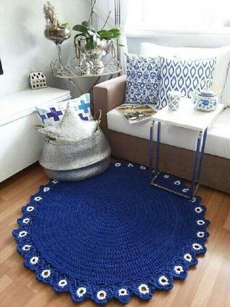 45- Tapete de crochê redondo azul com detalhes em branco na barra. Fonte: Pinterest