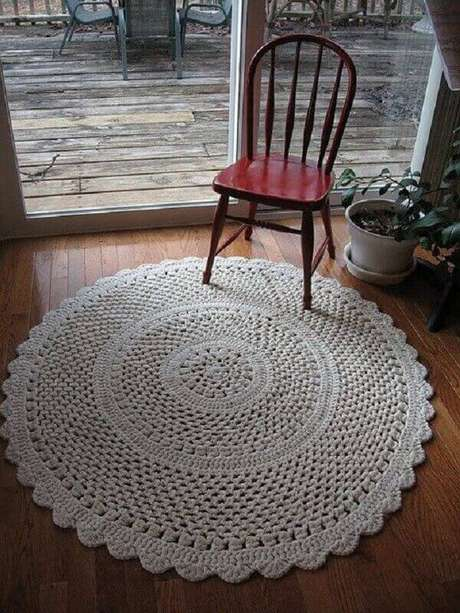 37- O tapete de crochê redondo é ideal para decoração vintage ou country. Fonte: Dicas de Mulher