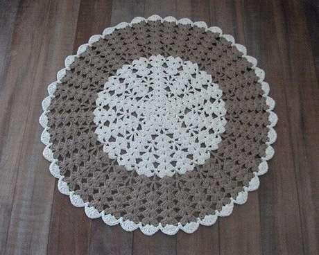 47- Tapete de crochê redondo na cor cinza e branco. Fonte: Pinterest