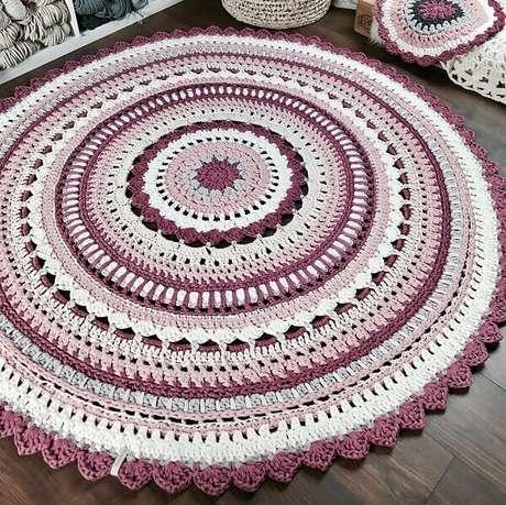 49- O Tapete de crochê redondo foi executado com vários tons de lilás. Dicas de Mulher