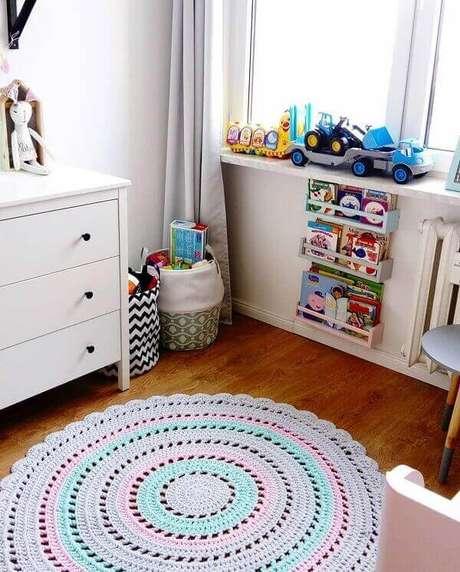 51- O Tapete de crochê redondo em tons pasteis decora quarto de criança. Fonte: Dicas de Mulher