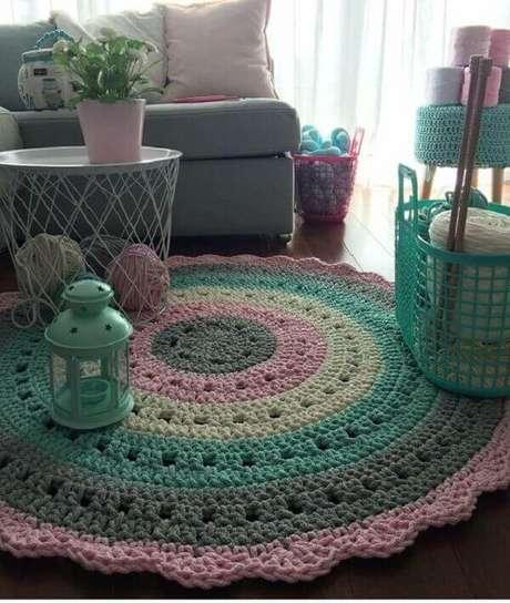 39- O ateliê de artesanato foi decorado com tapete de crochê redondo em tons rosa e verde claro. Fonte: Pinterest