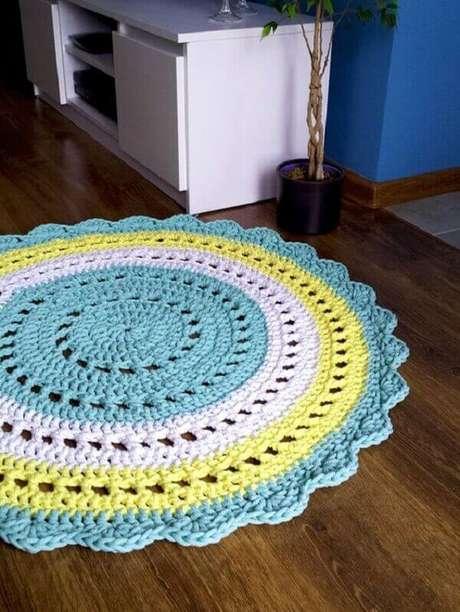 54- Tapete de crochê redondo realça a decoração e integra os ambientes. Fonte: DaWanda Polska