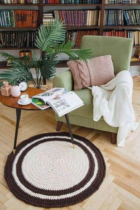57-Tapete de crochê redondo pequeno foi utilizado entre a poltrona e a mesa lateral. Fonte: Pinterest