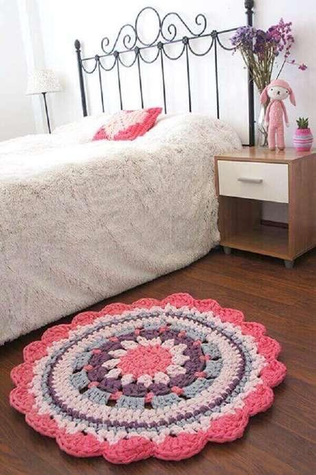 59- Ao lado da cama com cabeceira de ferro tem tapete de crochê redondo rosa para compor o ambiente romântico. Fonte: Missdiy