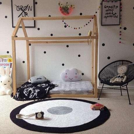 60- O tapete de crochê foi executado nas mesmas cores da decoração do quarto da criança. Fonte: Little Rosie and Me