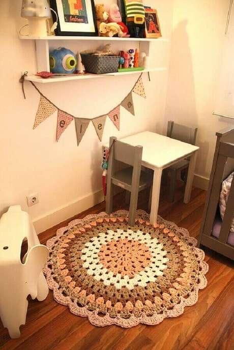 61- No quarto da criança foi utilizado um tapete de crochê redondo em cores pasteis. Fonte: Pinterest