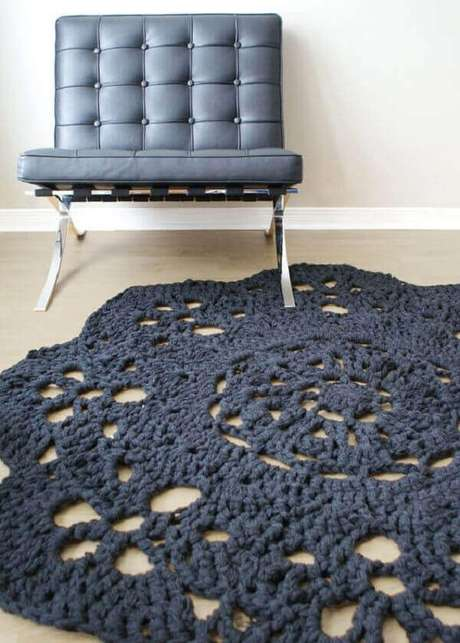 38- O tapete de crochê redondo foi confeccionado com uma linha bem grossa. Fonte: Etsy