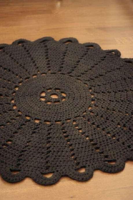 65- O tapete redondo na cor escura é valorizado pelo piso claro. Fonte: Sort of Pink