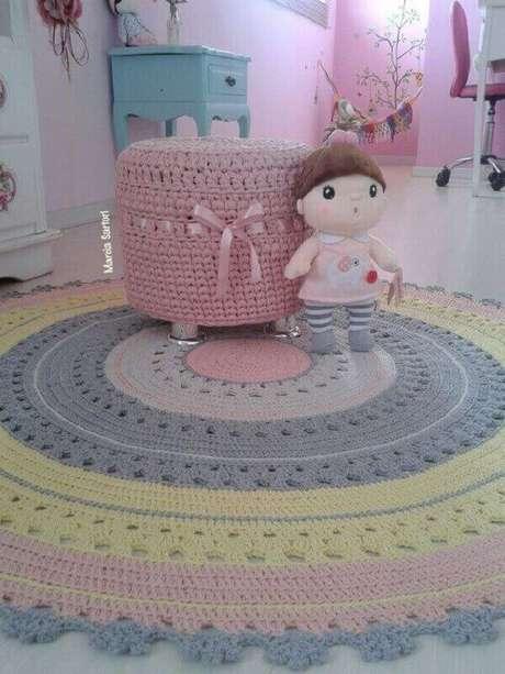 66- Foi utilizado na decoração de quarto infantil tapete redondo de crochê em tons suaves. Fonte: Pinterest