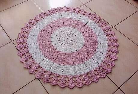 55- O tapete de crochê redondo branco e rosa harmoniza com a cor do piso cerâmico. Fonte: Dicas de Mulher
