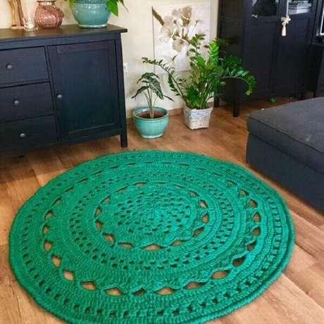 67- O tapete de crochê redondo verde água decora o ambiente. Fonte: Pinterest