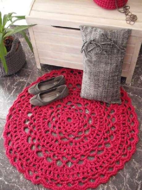 68- A decoração delicada do quarto de menina foi valorizada pelo tapete redondo de crochê. Fonte: Wikimulher
