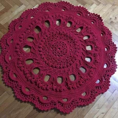 13- Tapete de crochê redondo na cor vinho para decorar salas rústicas. Fonte: Dicas de Mulher