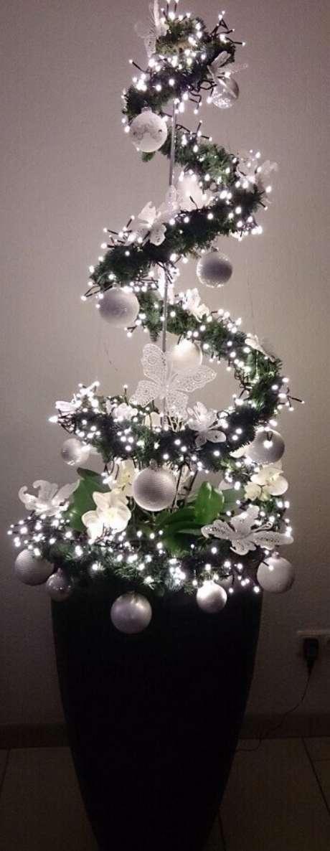 45. O vaso de planta também pode ser decorado com luzes de natal – Foto: GoodNewsArchitecture