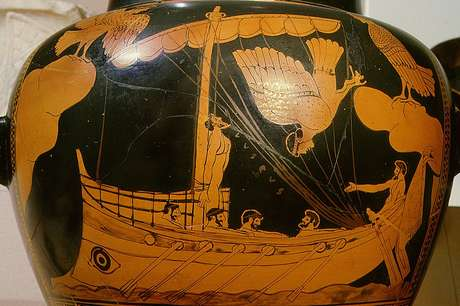 Pesquisadores notaram semelhança entre o formato do navio e este desenho feito em um vaso da Grécia Antiga, hoje parte da coleção do Museu Britânico