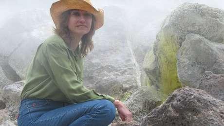 Rosaly no vulcão Marum, em Vanuatu, país insular na Oceania; carioca tem carreira internacional como astrônoma e vulcanóloga