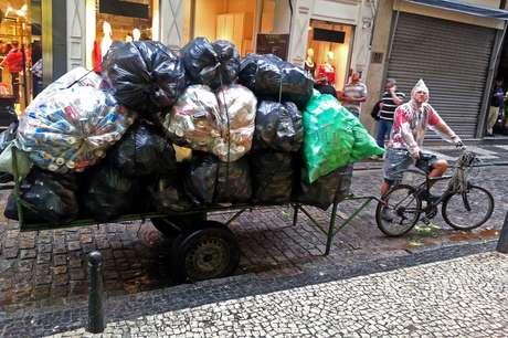 Catador carrega as latinhas que recolheu no Rio de Janeiro