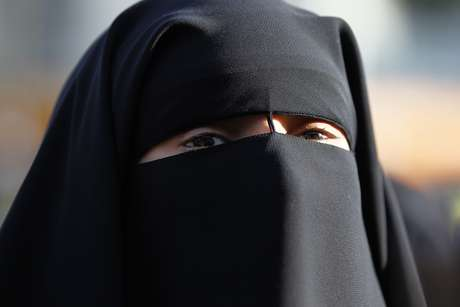 Mulher usa niqab apesar de proibição imposta pela França 22/09/2011  REUTERS/Charles Platiau