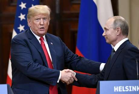 Trump e Putin se cumprimentam em Helsinque  16/7/2018    Lehtikuva/Antti Aimo-Koivisto via REUTERS